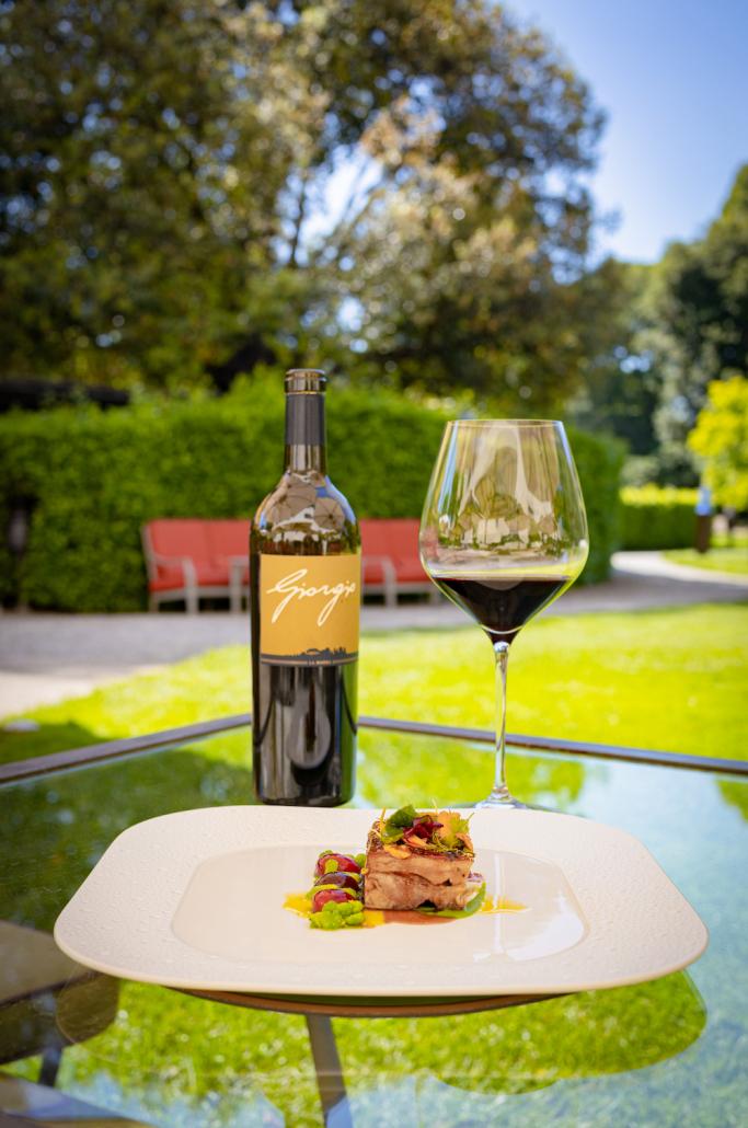 """Il vino Giorgio Primo 2017 con la """"Spalla di agnello affumicato, ciliegie, fave e piselli dello chef Vito Mollica"""